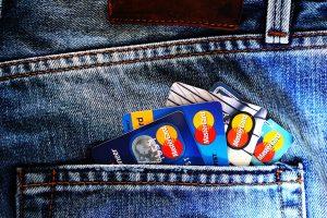 9 razones por las que no deberías ignorar automáticamente una tarjeta de crédito solo por tener una comisión anual