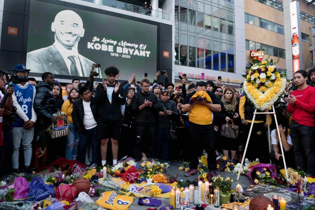 fanaticos hacen un tributo a kobe bryant tras su muerte