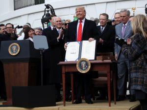 Donald Trump firma el T-MEC y el gobierno mexicano celebra