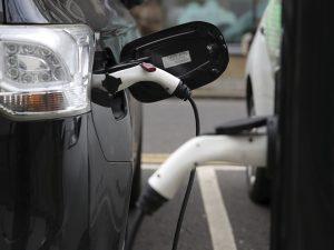 Reino Unido prohibirá la venta de autos que no sean eléctricos a partir de 2035