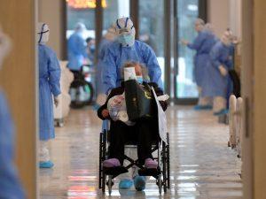 Las muertes por el coronavirus aumentan en China, y Japón reporta la primera fallecida por la enfermedad