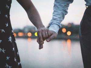 Estos son los 3 beneficios de tener una relación de pareja en el trabajo