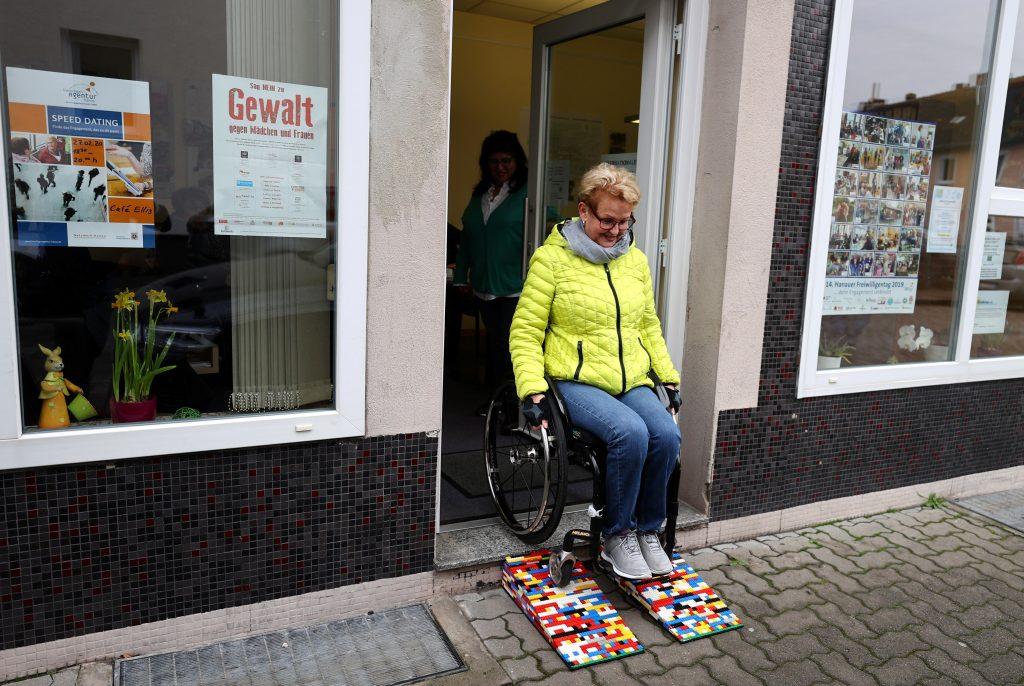 Rita Ebel entra a una tienda y usa sus rampas hechas con legos