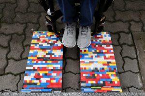 Esta mujer construye rampas para silla de ruedas con piezas de Lego, para generar conciencia sobre la discapacidad