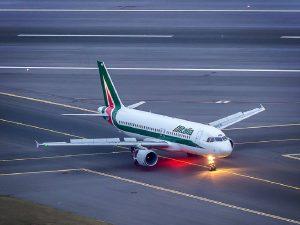 Avión de Alitalia con 300 pasajeros queda varado en Mauricio por temor al coronavirus