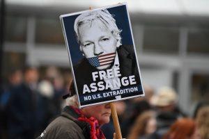 Julian Assange no debe ser extraditado a Estados Unidos porque tendría un juicio injusto y hay riesgo de suicidio, dice su abogado