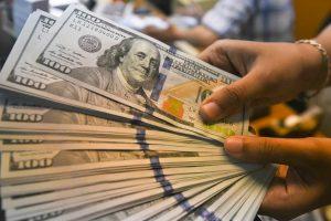 El dólar se dispara a 20.08 pesos en bancos en medio de temores por el coronavirus que llegó a México