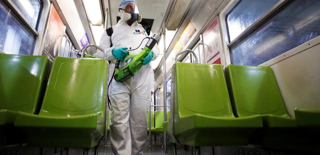 Autoridades en México siguen una arriesgada estrategia para contener el coronavirus