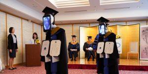 Robots sustituyen a estudiantes de una universidad japonesa en ceremonia de graduación