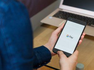 Google podría estar trabajando en una tarjeta de débito inteligente, tratando de alcanzar a Apple en la batalla por tus hábitos bancarios