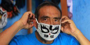 Este exluchador mexicano fabrica mascarillas de lucha libre para protegernos del Covid-19