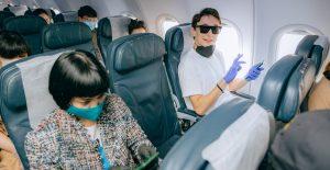 El uso de cubrebocas al viajar en avión es una medida que avalan las aerolíneas para cuando se reanuden los vuelos tras epidemia