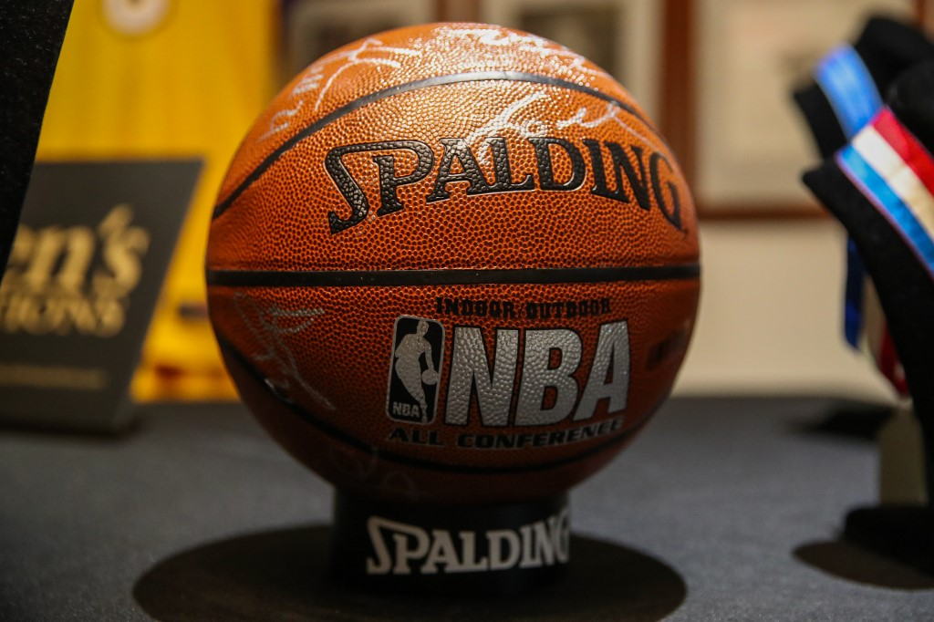 Balón de los lakers firmado por Kobe Bryant y equipo en subasta deportiva | Business Insider México