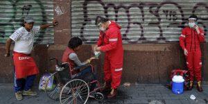 ONG ayuda a personas sin hogar a protegerse contra Covid-19 —violencia en su contra aumenta en medio de la pandemia