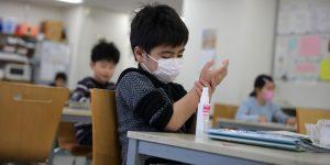 Científicos japoneses advierten que niños menores de 2 años no deben usar cubrebocas porque podrían ahogarse y tener problemas para respirar