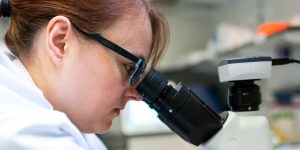 Estereotipos inculcados en la infancia impiden que más mujeres elijan carreras relacionadas con ciencia y tecnología, según estudio