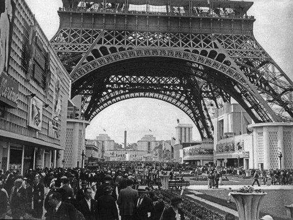 Multitudes asisten a la Exposición Universal de la Torre Eiffel en París, en 1998 | Bibliotèque Nationale de France | Business Insider México