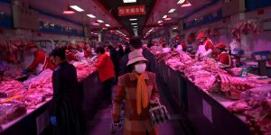 Pekín entra en 'modo de emergencia' tras un aumento en casos de coronavirus en un mercado mayorista