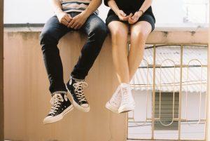 Adolescentes con padres controladores luchan por construir relaciones sólidas y por alcanzar el éxito académico
