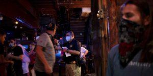 El gasto en bares y restaurantes puede ayudar a predecir el aumento de casos de Covid-19, según un estudio de JP Morgan