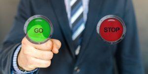 Cómo decidir cuándo es el momento de ahorrar o invertir, según 3 planificadores financieros