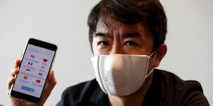 La startup japonesa Donut Robotics creó un cubrebocas inteligente que sirve como traductor