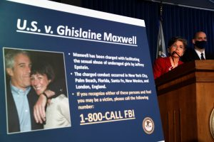 El FBI detiene a Ghislaine Maxwell, la mujer sospechosa de ayudar a Jeffrey Epstein a dirigir una red de abuso sexual