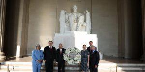 Previo a reunión con Donald Trump, AMLO deposita una ofrenda en el monumento de Abraham Lincoln —también visitó la estatua de Benito Juárez