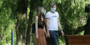 Los contagios de coronavirus se triplican entre jóvenes y la OMS te pregunta: ¿en verdad necesitas ir a esa fiesta?