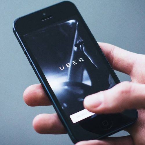 Uber se alía con los taxis, un modelo que supuestamente desplazaría, para sobrevivir a la crisis — y que aplicará en algunas regiones de México