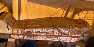 Arqueólogos descubren 27 sarcófagos de más de 2,500 años de antigüedad en Saqqara, Egipto